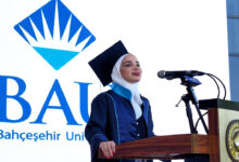 "Photo of احتفاء تركي بشابة سورية حققت المركز الأول في جامعة ""باهجة شاهير"""