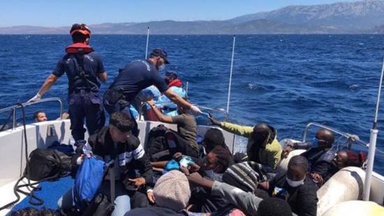 تركيا تنقذ طالبي لجوء أجبرتهم اليونان على العودة إلى المياه الإقليمية